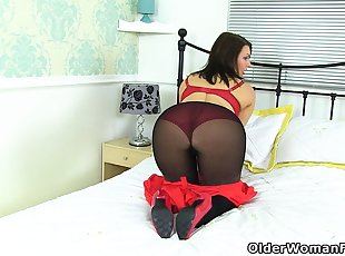 American milf Sofie gets ready for naughty things